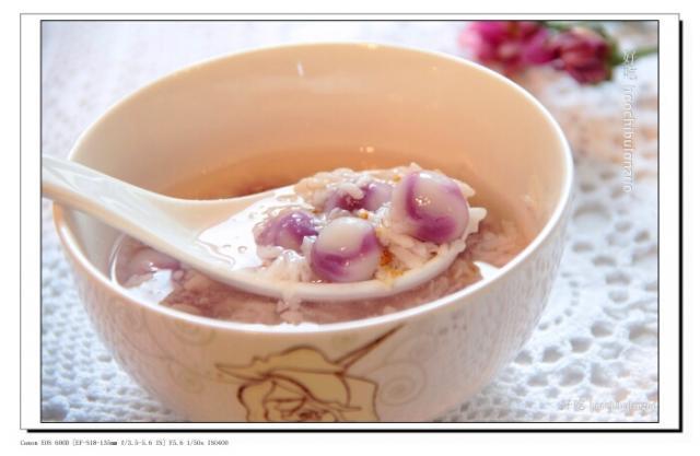 现在用它酿米酒( 主要用来保温) 简单的很 1斤糯米(3.5 cup), 5-6g 酒药粉 做法 1. 用电饭锅蒸熟糯米饭, 放凉到不烫手(30  34C)。 2. 蒸饭的时候给所用器皿消消毒:真空锅用开水煮一下,倒掉水,用厨房纸擦干, 拌酒药的小碗和饭勺也要用开水汤一下,用厨房纸擦干。 3. 酒药粉末用温开水花开 4.