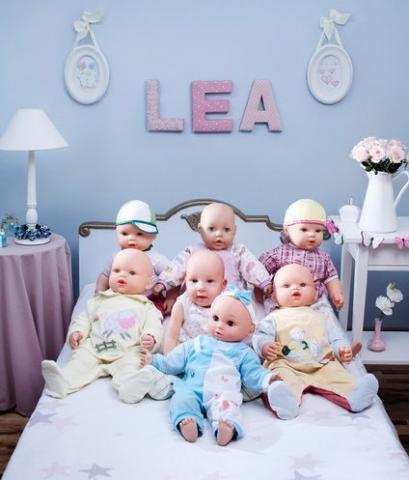 看来谁的孩子就该归谁照顾,这个小娃娃,大概可以算儿子的小孩,所以