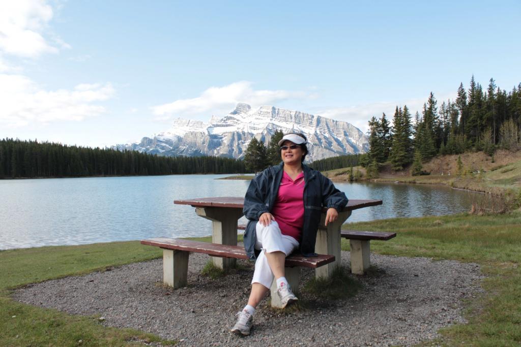 难忘的加拿大之旅 ( 之一 ) 肖 红 每年五 ,六月正值春暖花开之时,是人们外出旅行,或旅游之大好季节。然而,并非所有人都能在此时外出旅行,尽情地享受这大千世界的美好风光与景色。为什么呢?因为孩子们通常虽然已在六月中 开始放暑假了,可是他们却不得不等着他们的父母七月初(国庆节前后)或更晚些时候带他们外出度假------或驱车去外州旅行,或乘坐飞机,轮船或火车出国去旅游。各行各业的上班族男女士们在此间也是无法自由地自己,或携家人一同外出远行或出国旅游。因此,我和先生是幸运的------由于先生的职业(画家