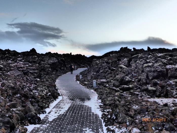 温泉就在这堆火山石中