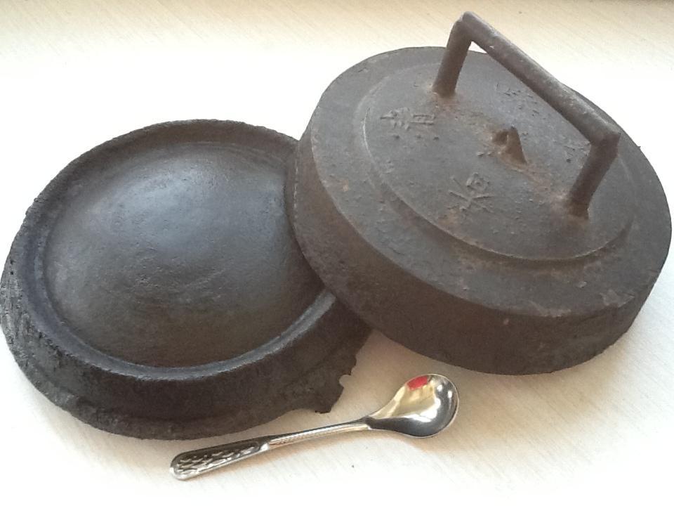 和现代化的炊具相比,这个煎饼鏊子老旧笨重,可我却决不会把它替换掉